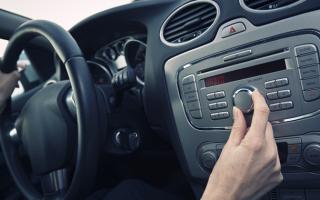 Как с телефона включить музыку в машине